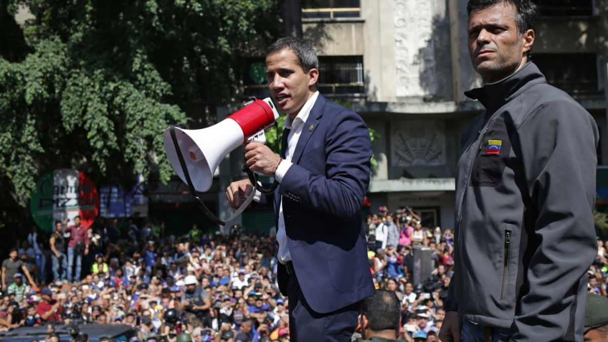 Opositores Juan Guaidó e Leopoldo López em comício nas ruas de Caracas - Créditos: Cristian Hernandez/AFP