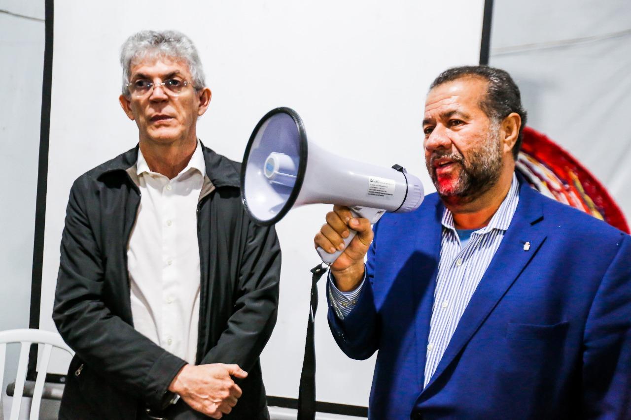 Ricardo Coutinho (esq.) e Carlos Lupi (dir.) na Vigília Lula Livre, em Curitiba (PR) - Créditos: Joka Madruga