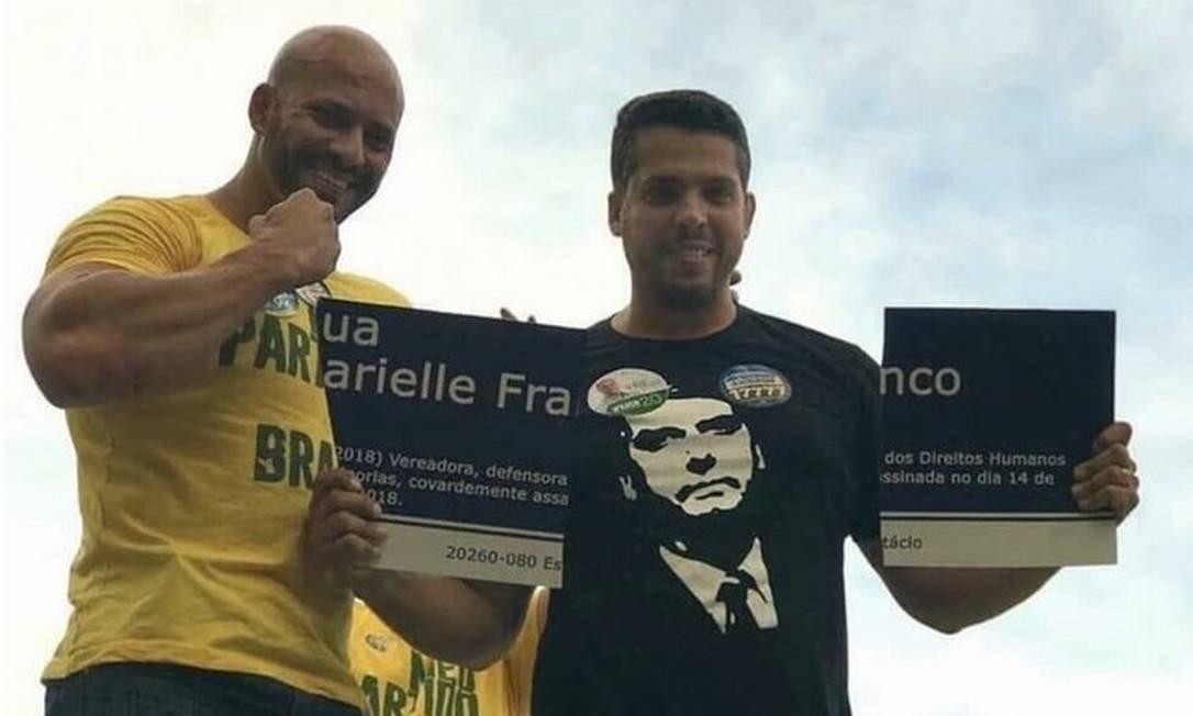 Rodrigo Amorim, à direita, quebrou placa em homenagem a Marielle Franco durante campanha eleitoral  - Créditos: Divulgação