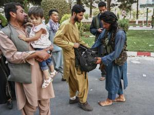 """#88 """"Talibã suaviza discurso para derrotar resistências internas"""", diz historiadora Arlene Clemesha"""